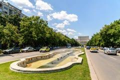 Union Square springbrunn och hus av folk- eller parlamentslotten i Bucharest Royaltyfri Fotografi