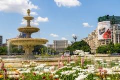 Union Square springbrunn och hus av folk- eller parlamentslotten i Bucharest Fotografering för Bildbyråer