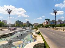 Union Square springbrunn och hus av folk- eller parlamentslotten i Bucharest Arkivbild