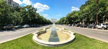 Union Square springbrunn och hus av folk- eller parlamentslotten i Bucharest Royaltyfri Foto