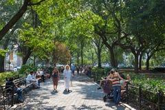 Union Square trädgård med folk som går i New York Royaltyfria Foton