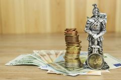 Unione Europea di difesa, protezione della moneta comune Il pericolo per EURO valuta Il cavaliere impedisce le euro monete Fotografie Stock