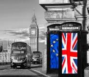 Unione Europea e bandiera britannica del sindacato sulle cabine telefoniche contro Big Ben Londra, in Inghilterra, nel Regno Unit Immagini Stock