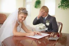 Unione. La sposa è felice. Sposo nel dolore fotografia stock