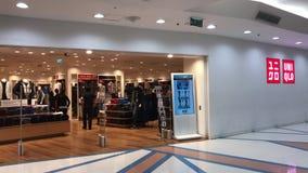 Uniqlo商店 Uniqlo Co.,有限公司是日本便衣设计师、制造者和零售商 位于北京的中心商务区的心脏,包括旅馆,办公室,公寓,展览室和商城的CWTC,是在北京和其中一根据的许多跨国公司的第一个选择最大的高级商业混杂用途发展中在世界上 股票录像