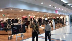 Uniqlo商店 Uniqlo Co.,有限公司是日本便衣设计师、制造者和零售商 位于北京的中心商务区的心脏,包括旅馆,办公室,公寓,展览室和商城的CWTC,是在北京和其中一根据的许多跨国公司的第一个选择最大的高级商业混杂用途发展中在世界上 影视素材