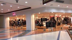 Uniqlo商店 Uniqlo Co.,有限公司是日本便衣设计师、制造者和零售商 位于北京的中心商务区的心脏,包括旅馆,办公室,公寓,展览室和商城的CWTC,是在北京和其中一根据的许多跨国公司的第一个选择最大的高级商业混杂用途发展中在世界上 股票视频