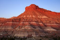 Dramatic red sunrise butte in the Utah desert, USA. royalty free stock photos