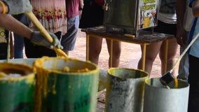 Unire della gente tailandese che fonde offerta fusa della candela al tempio nel festival prestato tradizionale della candela per  stock footage