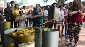 Unire della gente tailandese che fonde offerta fusa della candela al tempio nel festival prestato tradizionale della candela per  archivi video