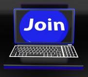 Unire sulle manifestazioni del computer portatile che sottoscrivono appartenenza o online volontario Fotografie Stock