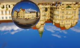 Unirii fyrkant i Oradea, Rumänien - svarta Eagle Palace royaltyfri foto