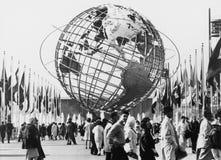 Unisphere, символ Нью-Йорка всемирнаяа ярмарка 1964-65 Топя парк луга, Нью-Йорк (все показанные люди нет более длинного l Стоковые Изображения RF