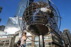Unisphere-Skulptur nahe Zeit Warner Center Lizenzfreies Stockbild