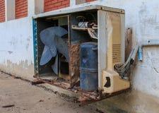 Unità all'aperto del vecchio condizionatore d'aria arrugginito, fotografia stock
