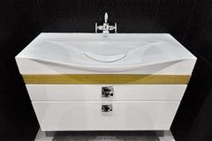 Unità bianca moderna del bacino di vanità in toilette piastrellata nera Fotografia Stock Libera da Diritti