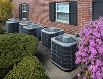 Unità di condizionamento d'aria fuori di un complesso condominiale fotografie stock libere da diritti