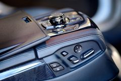 Unità di controllo con adeguamento elettrico del sedile ed il sistema stereo di media fotografia stock libera da diritti