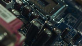 Unità di elaborazione moderna misura con la scheda madre del PC con una cascata di potere stock footage