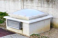 Unità esterna di illuminazione e di ventilazione di un'autorimessa sotterranea Immagini Stock