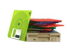 Unità floppy e dischetti su fondo bianco Fotografia Stock
