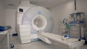 Unità medica con una macchina moderna di esame di RMI in  video d archivio