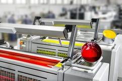 Unité d'impression excentrée de machine d'impression magenta et jaune avec des pots de couleur Images stock