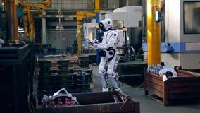 Unité d'usine avec un cyborg actionnant un comprimé banque de vidéos