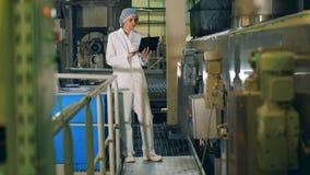 Unité d'usine et une production de contrôle des employés féminins banque de vidéos
