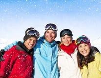 Unité de bonheur d'hiver d'amitié posant le concept Photo stock