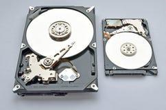 Unité de disque dur démontée pour l'ordinateur et l'ordinateur portable sur le fond blanc image stock