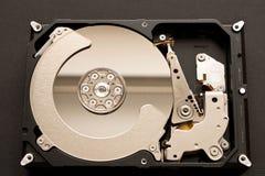 Unité de disque dur désassemblée D'isolement sur le fond noir photo libre de droits