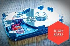 Unité de disque dur 3 5 pouces comme stockage de données avec la carte mère sur une table en bambou et en allemand Tauschbörse d photo libre de droits