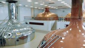 Unité de distillerie avec les réservoirs multiples de brassage banque de vidéos