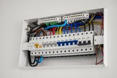 Unité et disjoncteur du consommateur installés sur la maison photos stock