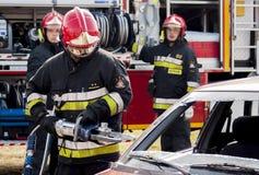 Unités de secours du feu et de délivrance à l'accident de voiture Photographie stock libre de droits