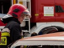 Unités de secours du feu et de délivrance à l'accident de voiture Photos stock