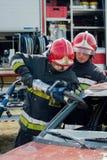 Unités de secours du feu et de délivrance à l'accident de voiture Images libres de droits