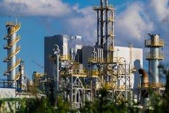 Unités pour la production d'acide nitrique sur l'usine d'engrais images libres de droits
