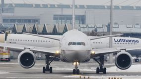 United Airlines που κάνουν το ταξί στον αερολιμένα του Μόναχου, MUC απόθεμα βίντεο