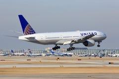 United Airlines Боинг 777 приезжает в Чикаго Стоковые Изображения RF