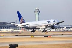 United Airlines Боинг 777 приезжает в Чикаго Стоковые Фотографии RF