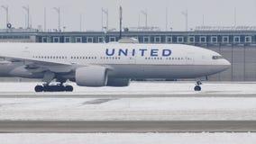 United Airlines делая такси на авиапорте Мюнхена, MUC