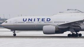 United Airlines делая такси на авиапорте Мюнхена, MUC видеоматериал