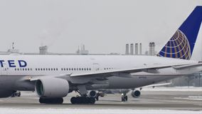 United Airlines делая такси на авиапорте Мюнхена, MUC сток-видео