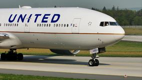 United Airlines acepilla el carreteo en el aeropuerto de Francfort, FRA