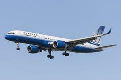 United Airlines Boeing 757 à l'approche à la terre à l'aéroport international de Los Angeles Photos stock