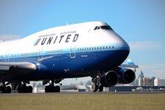 United Airlines Boeing 747 auf Laufbahn. Lizenzfreie Stockfotos