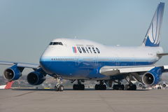 United Airlines Boeing 747 jet on the runway Royalty Free Stock Photos