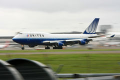 United Airlines Boeing 747 in motie op baan. Stock Foto